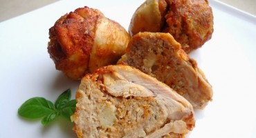 Zdjęcie przedstawia upieczone pałeczki faszerowane mięsem mielonym