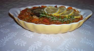 Zdjęcie przedstawia dorsza w warzywach na półmisku