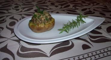 Zdjęcie przedstawia gotową miseczkę z grzybami na talerzyku