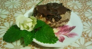 Zdjęcie przedstawia kawałek ciasta pijana śliwka na talerzyku