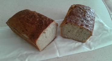 Zdjęcie przedstawia przekrojony chleb domowy na zakwasie