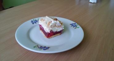 Zdjęcie przedstawia kawałek upieczonego ciasta malinowa chmurka na talerzu