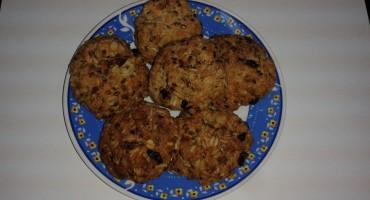 Zdjęcie gotowych ciastek z płatkami owsianymi
