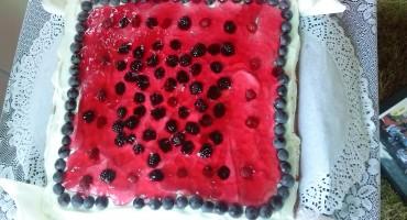 Zdjęcie przedstawia upieczone ciasto Fiona