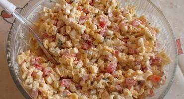 Zdjęcie przedstawia sałatkę makaronową w salaterce