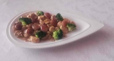 Zdjęcie przedstawia kurczak w winogronach i brokułami