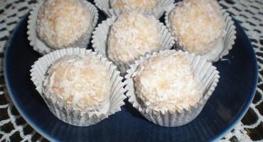 Zdjęcie przedstawia sześć trufli kokosowych na talerzyku