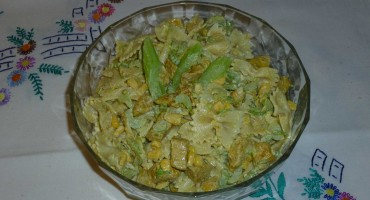 Zdjęcie przedstawia gotową sałatkę makaronową z selerem naciowym