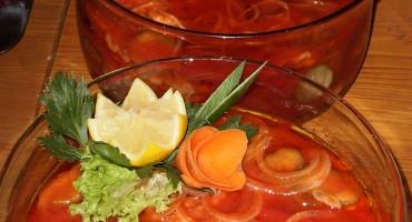 Zdjęcie przedstawia dorsza duszonego w pomidorach