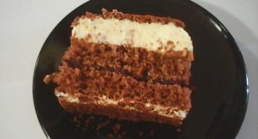 Zdjęcie przedstawia kawałek ciasta Karoliny na talerzyku