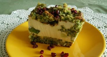 Zdjęcie przedstawia kawałek ciasta leśny mech na talerzyku