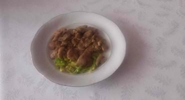 Zdjęcie przedstawia wątróbkę z porem i pieczarkami na talerzu