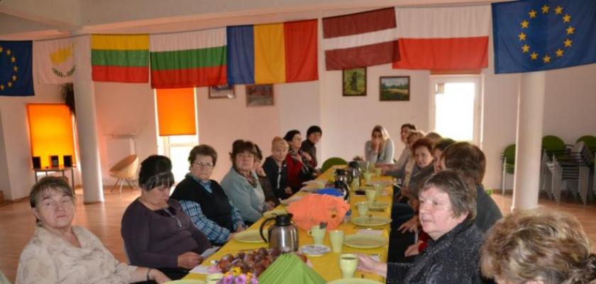 grupa kobiet siedząca przy stole
