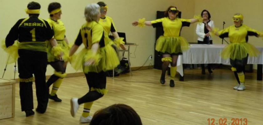 grupa ludzi w żółto czarnych strojach podczas występów