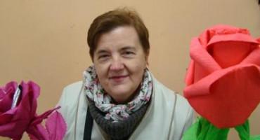 Zdjęcie przedstawia Panią Janinę Kwiatkowską z kwiatkami