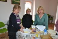 trzy kobiety stojące przy stole podczas gotowania