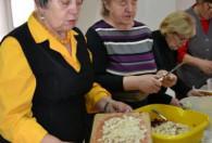 kobiety stojące przy stole podczas gotowania