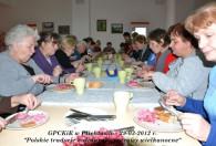 grupa kobiet siedząca przy stole podczas spożywania wspólnego posiłku