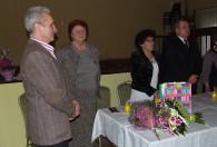ludzie stojący przy stole podczas obchodów dnia kobiet