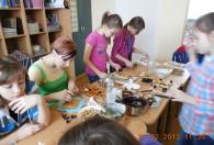 dzieci oraz instruktorka podczas robienia mazurków na warsztatach