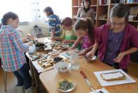dzieci piekące mazurki podczas warsztatów