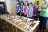dzieci pokazujące swoje mazurkowe wypieki urzędniką