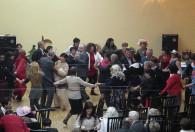 ludzie tańczący podczas obchodów dnia kobiet