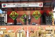 mężczyźni w garniturach na scenie podczas dożynek 2013