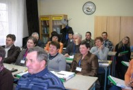 grupa ludzi siedząca w sali podczas szkolenia