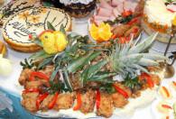 pięknie ozdobione dania wielkanocne leżące na stole