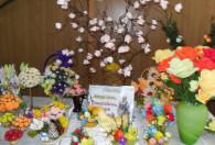 pisanki, bukiety oraz ozdoby wielkanocne stojące na stole